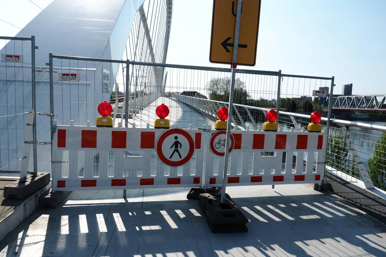 独仏国境に架かる歩行者用の橋は封鎖、ケール(独)、2020.04.11. © Matsuda Masahiro