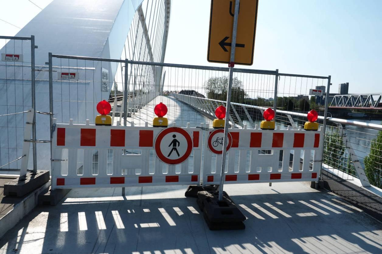 独仏国境に架かる歩行者用の橋は封鎖、ケール(独)、2020.04.12. © Matsuda Masahiro