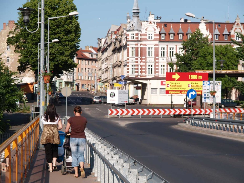 ポーランド・ズゴジェレツの街。撮影位置はドイツ・ゲルリッツとの間に架かる国境の橋 © Matsuda Masahiro