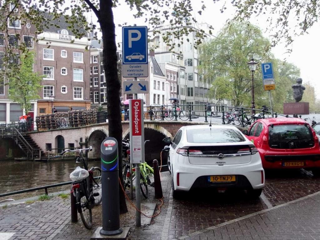運河沿いの充電ボックスと充電中のEV、オランダ・アムステルダム、2013.05.20. © Matsuda Masahiro
