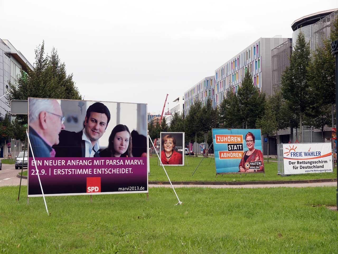 ドイツ連邦議会総選挙、街頭に立てられた選挙の大型広告。左からSPD、CDU、Piraten(海賊党)、FW(自由な有権者党)、カールスルーエ、2013.09.16. © Matsuda Masahiro