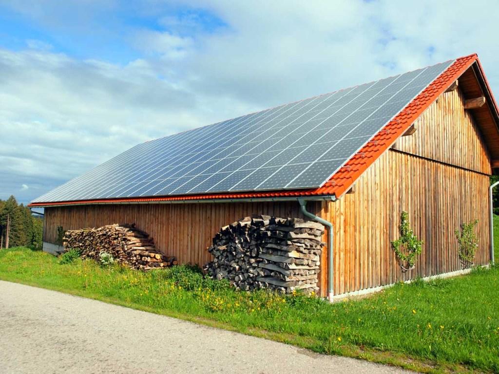 農家の納屋に設置された太陽光パネル。積まれた薪は自家消費用、レッテンバッハ、2014.05.08. © Matsuda Masahiro