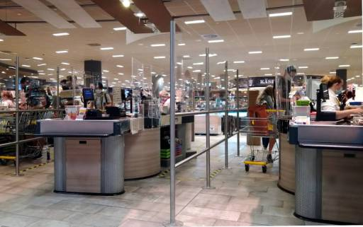 中規模スーパーのレジ、外側から撮影、飛沫拡散防止のため透明なアクリルボードが多数設置されている、カールスルーエ、2020.07.11. © Matsuda Masahiro