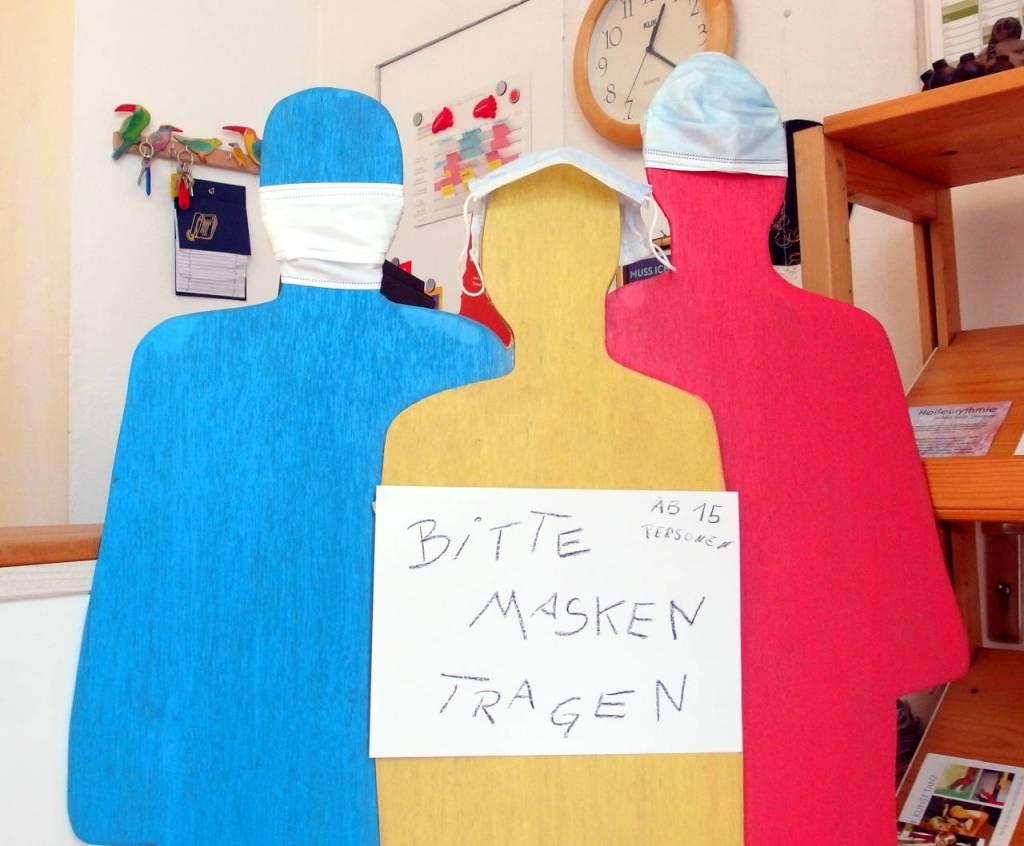 展示場の入り口に置かれた看板、「マスクを着けてください、15人を超えたら」、カールスルーエ、2020.07.19. © Matsuda Masahiro」