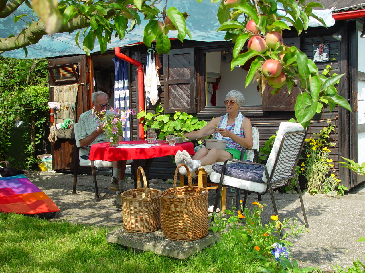 写真1. ラウベ (小屋)の前でくつろぐミューラー夫妻。ラウベとはクラインガルテンに建てる小さな小屋のこと、カールスルーエ ©MATSUDA, Masahiro