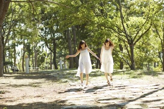 森のなかを歩く二人の女性