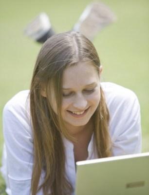 パソコンを見ている笑顔の女性