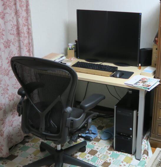 アーロンチェアとパソコン