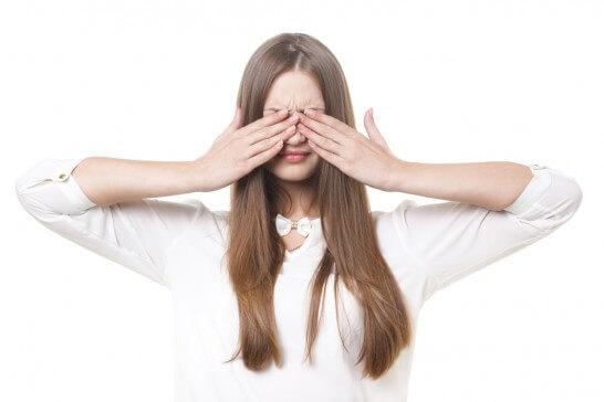 目を隠した女性
