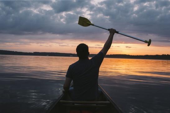 ボートに乗っている男性