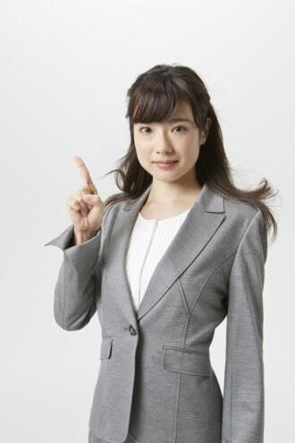 1番と指を立てる女性のアップ