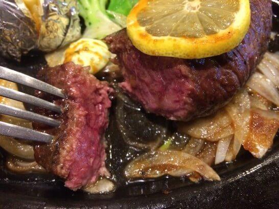 肉の万世の厚切りステーキを切った所