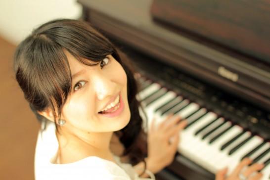 ピアノを弾く笑顔の女性