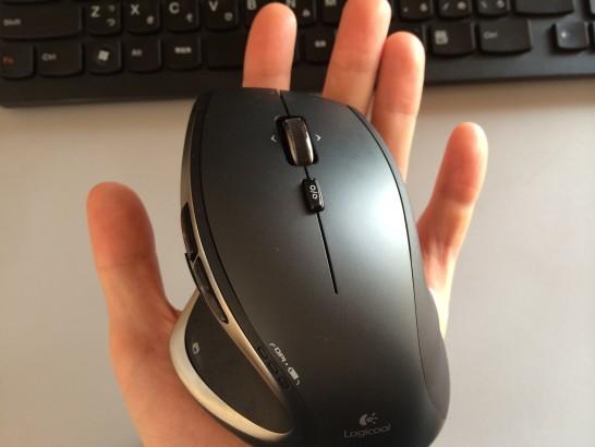 手の平の上で操作したLogicool m950t