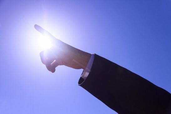 空を指す人差し指
