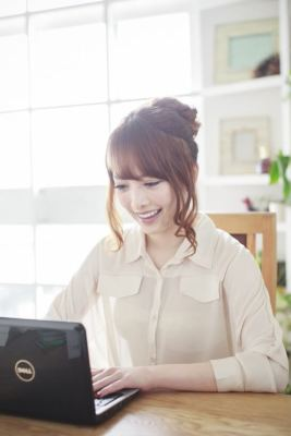 パソコンでチェックする女性