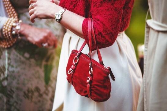 婦人のバッグ