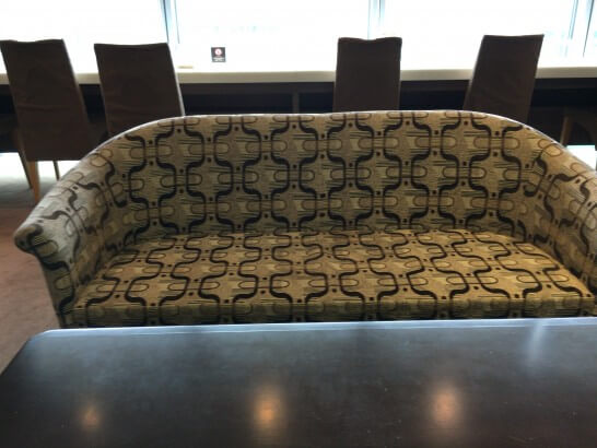 大丸東京店のラウンジのソファー