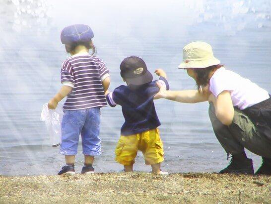 水辺で遊ぶ親子