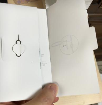 iPhone 6のSIMカードスロットを取り出すピン