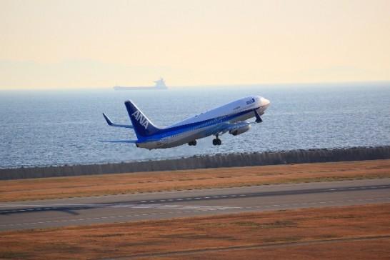 空港を飛び立つANA航空機