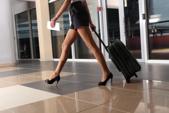 スーツケースを運ぶ女性