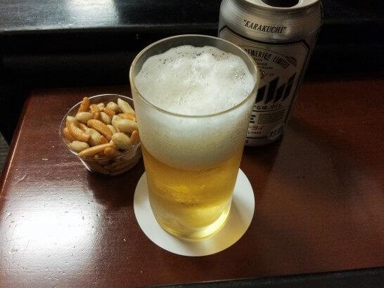 IASS EXECUTIVE LOUNGE 2のビールと柿の種