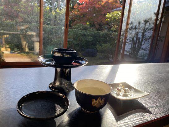 アメックス京都特別観光ラウンジの昆布茶、お菓子