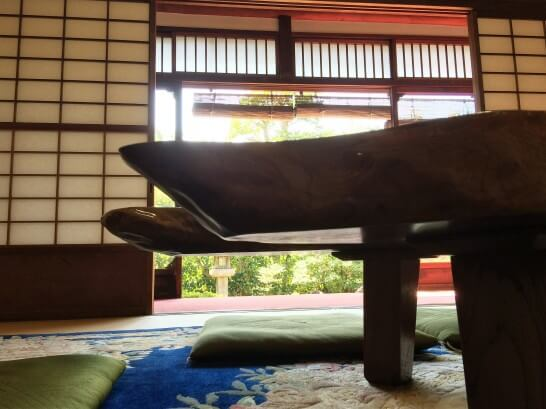 アメックス京都ラウンジの部屋で寝そべって見える景色