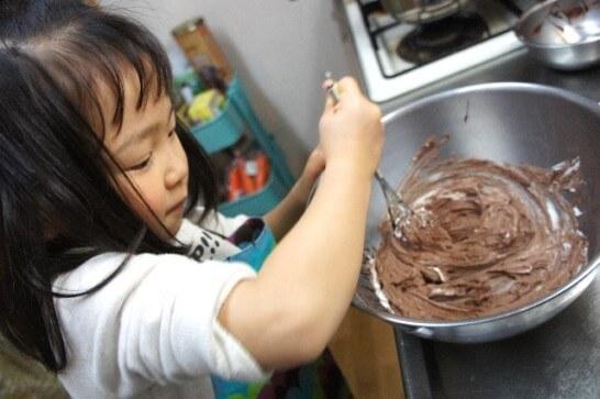 チョコの材料をミックスする女子