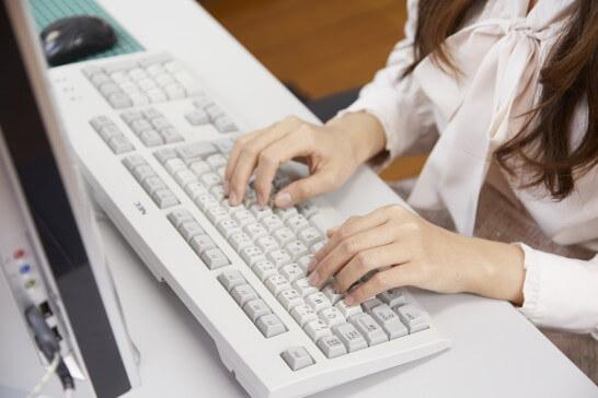 パソコンを操作する女性の手元