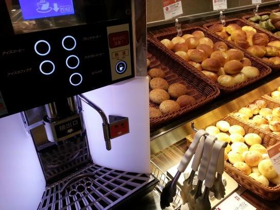 BAQETのコーヒーマシンとパン