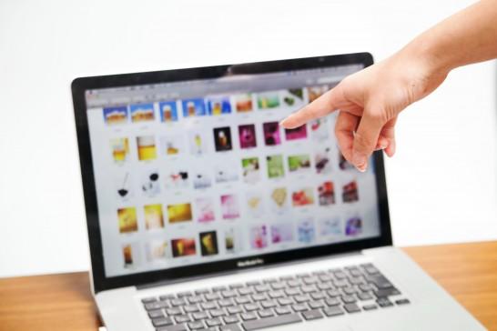 パソコンの画面を指す手
