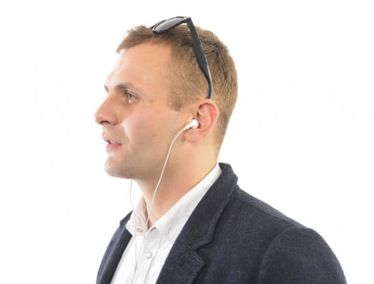 オーディオプレーヤーで音楽を聴く男性