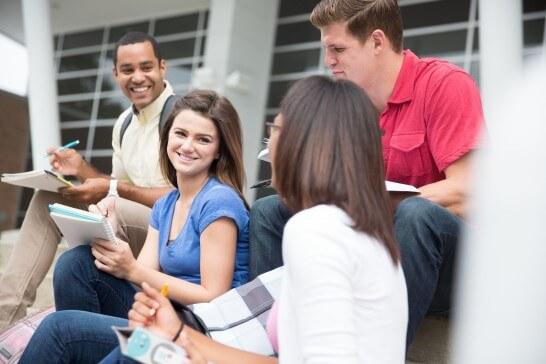 談笑する大学生