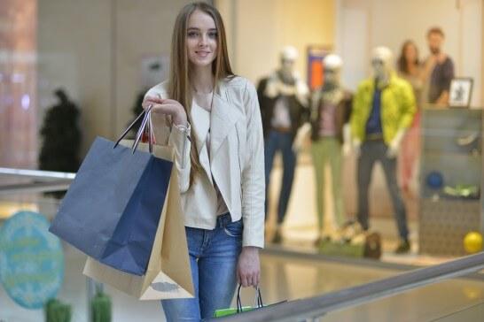 ショッピングしている女性