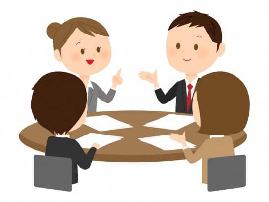 会議で話し合うビジネスパーソン