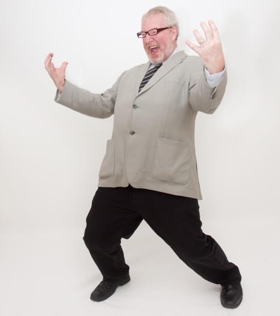 両手を広げる老紳士