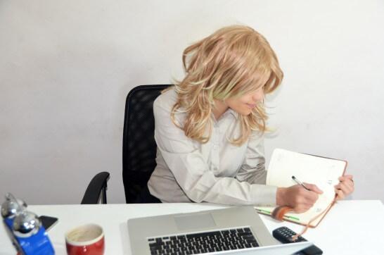 書類をチェックする女性