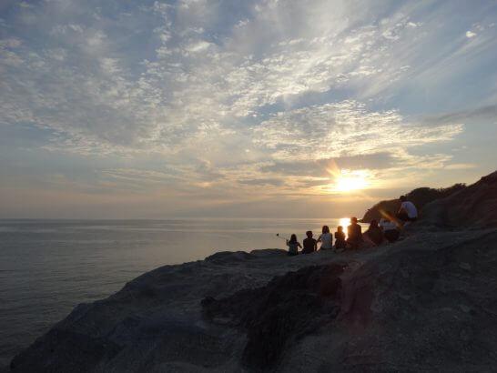海を眺める若者