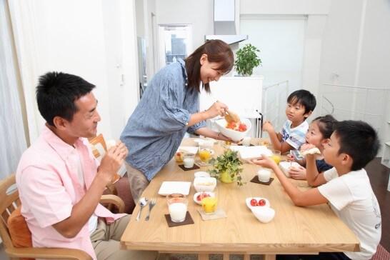 食事をする家族