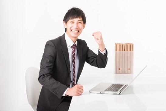 ガッツポーズする笑顔のビジネスマン
