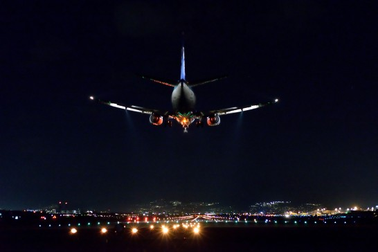 夜の空港と飛行機
