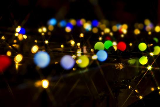 カラフルな電球とイルミネーション