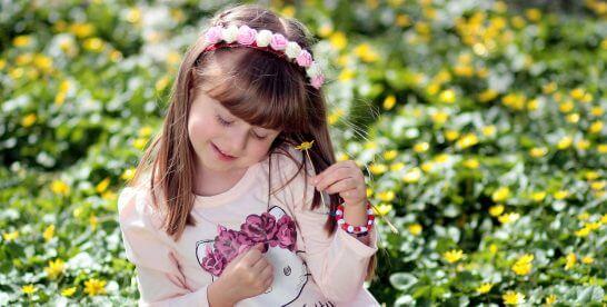 花を手に取る女の子
