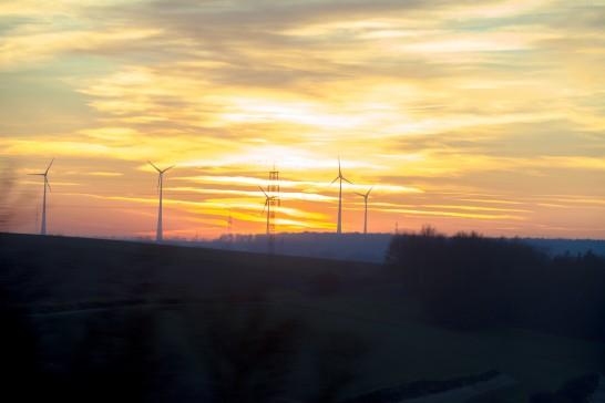 夕焼けと風力発電