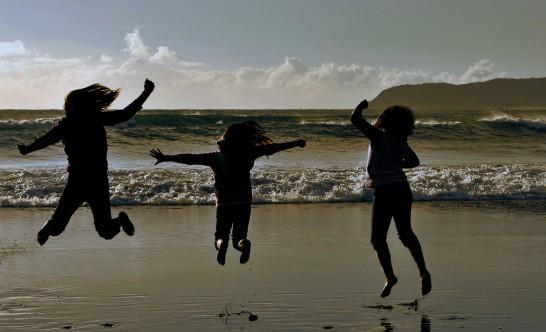 海辺でジャンプする子供達