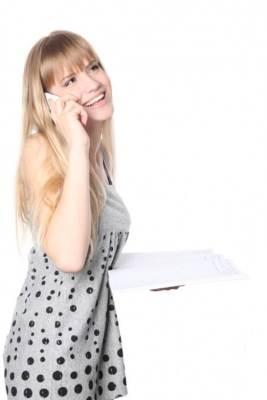 ケータイで電話する女性