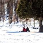 雪山に座る男女