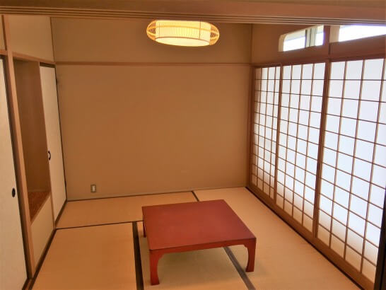 界伊東の「次の間付客室」の小さな部屋